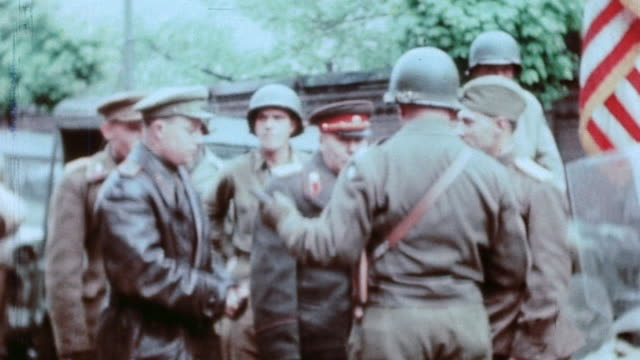 vidéos et rushes de east meeting west with us army officers and red army officer meeting saluting and talking and the red army officer being decorated - armée rouge