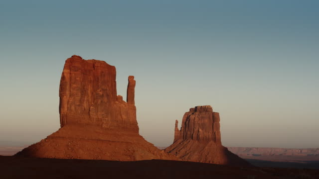 WS, East Mitten and West Mitten buttes at sunset, Monument Valley, Arizona, USA
