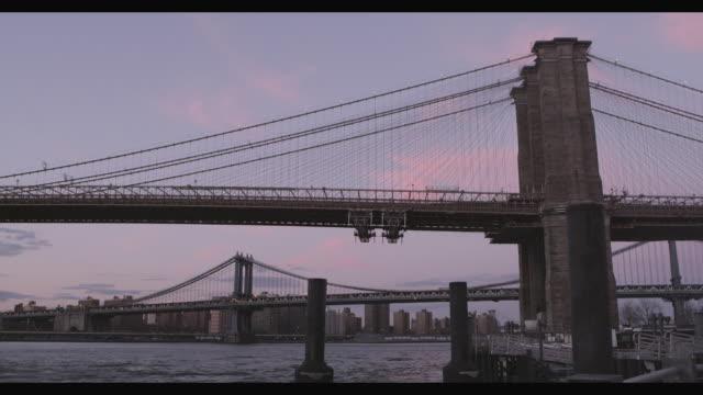 vídeos de stock, filmes e b-roll de east river bridges - formato letterbox