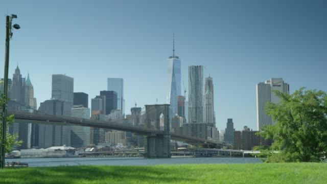 イースト ・ リバー、ブルックリン橋、マンハッタンのダウンタウン - ブルックリン橋点の映像素材/bロール