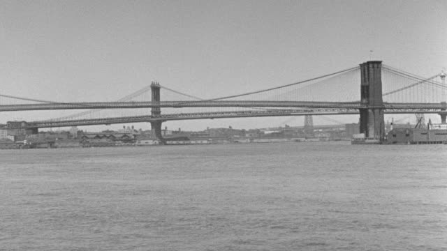 vídeos de stock, filmes e b-roll de ms pov east river toward with brooklyn bridge and manhattan bridge - manhattan bridge