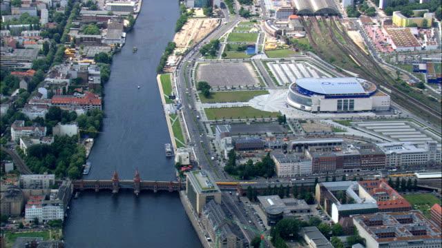 vídeos de stock, filmes e b-roll de galeria de east side em berlin wall - vista aérea - berlim, alemanha - east berlin