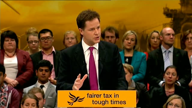 vídeos y material grabado en eventos de stock de east sussex brighton int wide shot delegates giving standing ovation as nick clegg mp arrives on stage at party conference to applause sot clegg... - east sussex