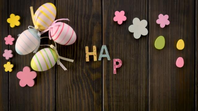 ostern dekoriert tisch mit animierten glücklichen ostertext - happy easter stock-videos und b-roll-filmmaterial