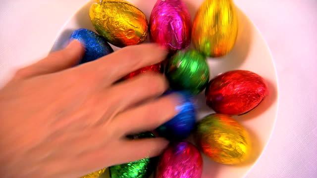 uovo di pasqua afferrare - uovo alimento di base video stock e b–roll