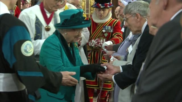 queen elizabeth distributes maundy money to pensioners in leicester easter queen elizabeth distributes maundy money to pensioners in leicester... - レスターシャー点の映像素材/bロール