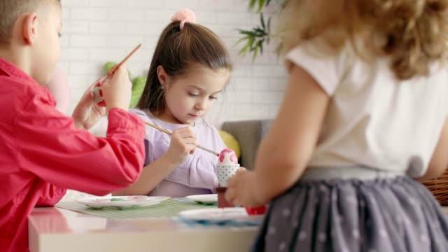 vídeos de stock e filmes b-roll de easter themed - kids art - domingo de páscoa