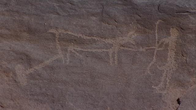eastern desert rock art. mcu hunting scene petroglyph at hans winkler's famous site 26 in wadi abu wasil in the eastern desert. - extreme terrain stock videos & royalty-free footage