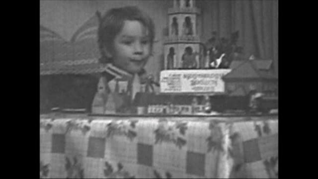 vidéos et rushes de eastern germany in 1971, christmas evening in family with three childs, young boy playing with horse-drwan carriage, 1 year old baby sitting and... - brother