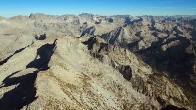 vídeos de stock, filmes e b-roll de eastern sierra nevada mountains, aerial view. - ponto de referência natural