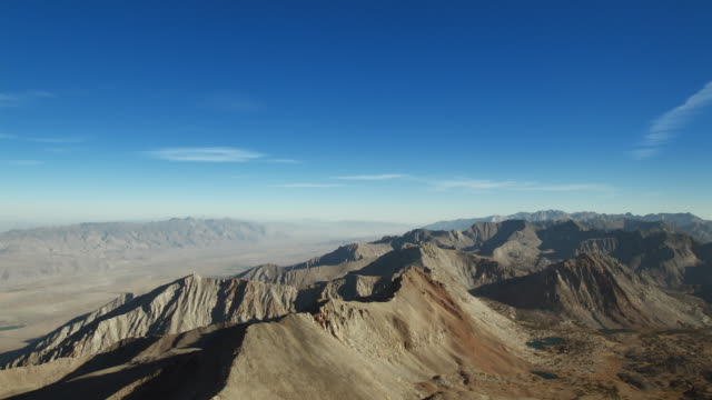 vidéos et rushes de eastern sierra nevada mountains with the owens valley in the background. - dépression terrestre