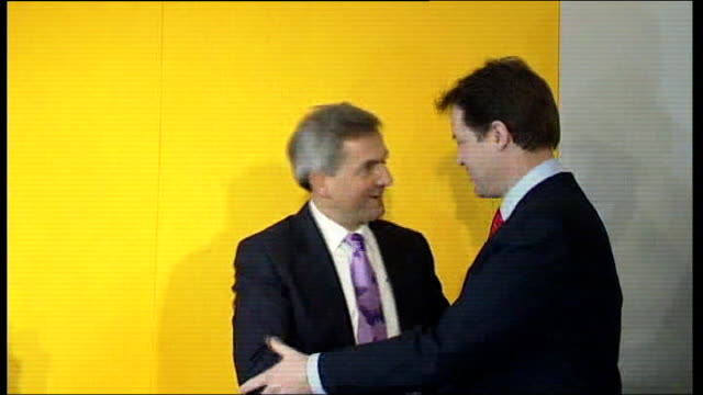 eastleigh constituency by-election to follow chris huhne resignation; r18120703 / london: clegg and huhne on stage as vince cable mp speaking... - クリス ヒューン点の映像素材/bロール