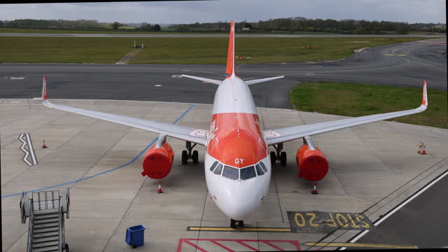 easyjet airplane waiting for passengers at london luton airport in london, england, uk, on monday, may 10, 2021. - luton airport stock videos & royalty-free footage
