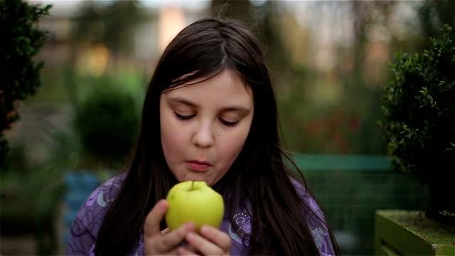 stockvideo's en b-roll-footage met eat an apple,close up - duim