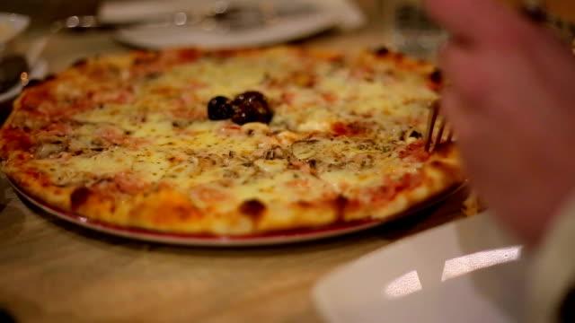 vidéos et rushes de manger une pizza - bouche humaine