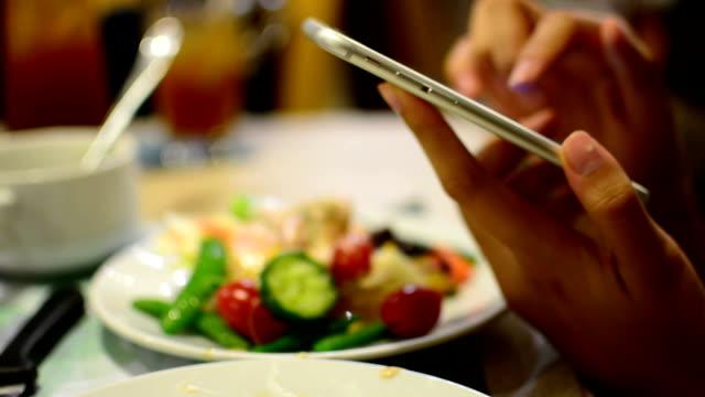 Äta och använda smartphone.