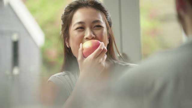 vídeos de stock e filmes b-roll de eating apple with someone - lanche