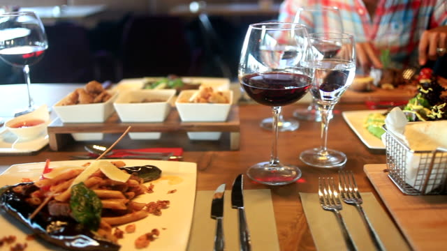 stockvideo's en b-roll-footage met hd: eten in luxe restaurant - table top shot