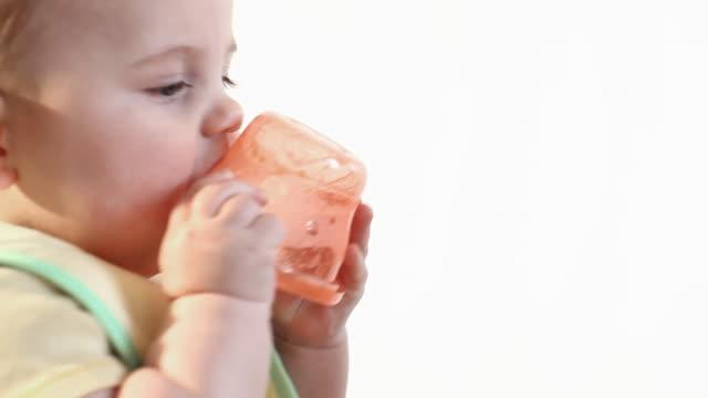 ernährung baby jungen - ein männliches baby allein stock-videos und b-roll-filmmaterial