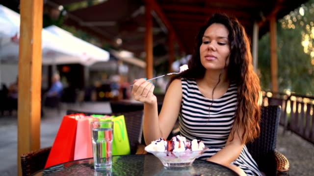 eating banana split - indulgenza video stock e b–roll
