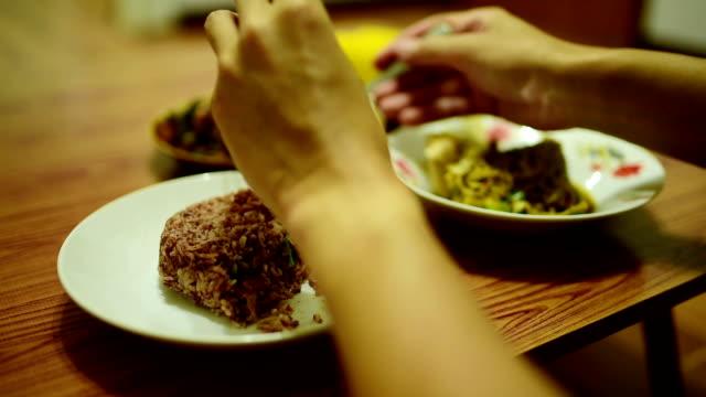 vidéos et rushes de manger du riz vapeur noir avec insectes frits, menu alimentaire thai pays - assiette