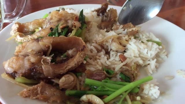 Essen Reis gekocht und gebraten rühren Sellerie mit Fisch