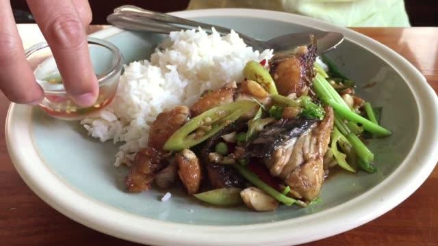 Essen gekochten Reis und gebratene Rost Sellerie mit Fisch