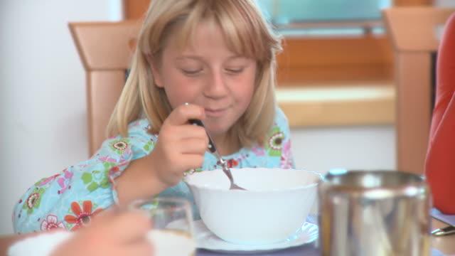 HD DOLLY: Eating Breakfast