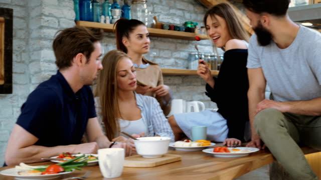 vídeos de stock e filmes b-roll de eating breakfast with friends - cozinhar