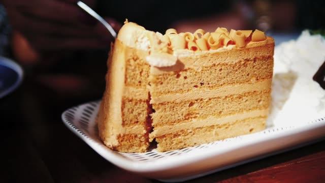 スプーンでケーキを食べる、スローモーション。 - カスタードクリーム点の映像素材/bロール