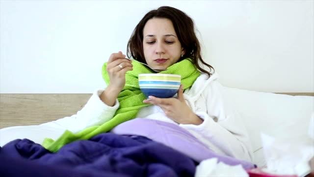 Mangiare Zuppa di pollo con tagliatelle a letto mentre malati
