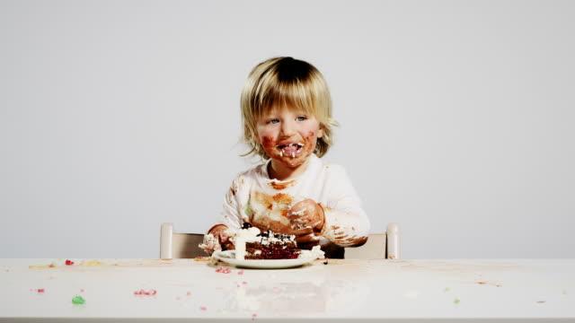 vídeos y material grabado en eventos de stock de comer niño - pastel dulce