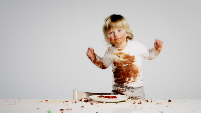 stockvideo's en b-roll-footage met eating child - humour