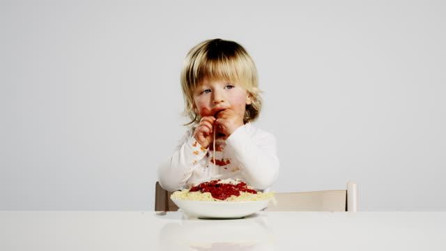 vídeos de stock, filmes e b-roll de comer para criança - espaguete