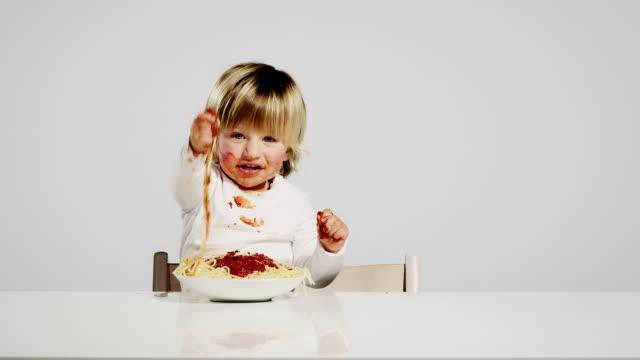 vídeos de stock e filmes b-roll de criança comer - jantar refeições