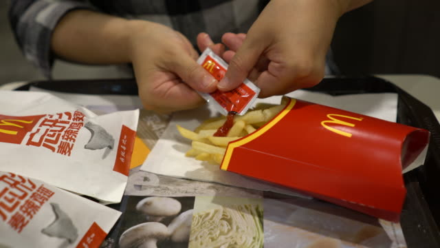 vídeos de stock, filmes e b-roll de eating chips in a mcdonald's restaurant in the first quarter of 2018 mcdonald's profit increased 14% to $138 billion us dollar exceeding market... - savory food