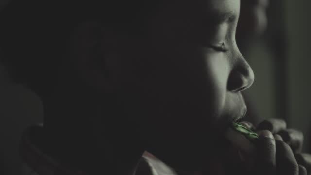 vidéos et rushes de biscuit de manger dans la silhouette - bébés garçons