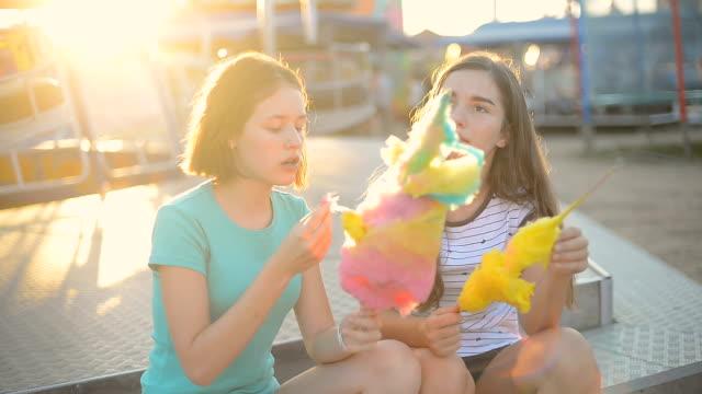 綿菓子を食べたり、遊園地で楽しんで - 菓子類点の映像素材/bロール