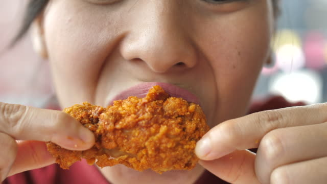 vídeos y material grabado en eventos de stock de comer pollo frito - pollo frito