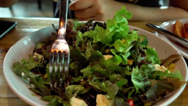 Griechischen Salat essen