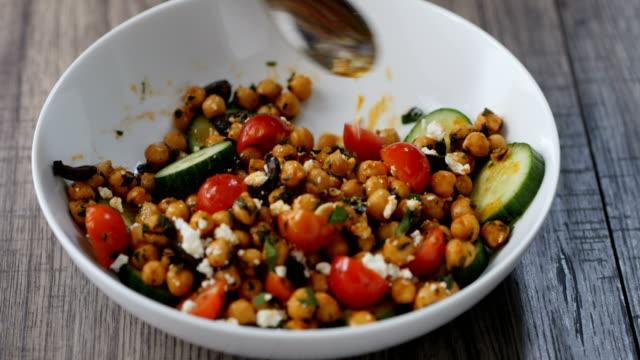 健康的なひよこ豆のボールを食べる - シェーブルチーズ点の映像素材/bロール