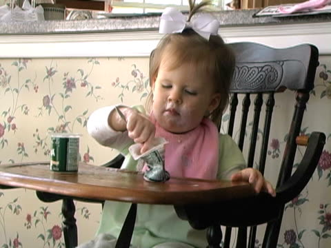 stockvideo's en b-roll-footage met eating healthy toddler - haaraccessoires