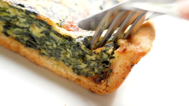 自家製ほうれん草パイを食べる。 - タルト点の映像素材/bロール