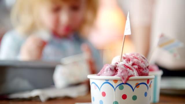 イチゴを食べる自家製アイスクリーム - サンデー点の映像素材/bロール