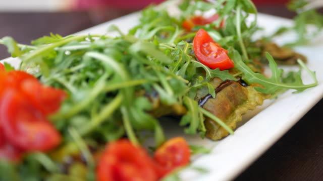 vídeos y material grabado en eventos de stock de comer comida italiana - modales de mesa