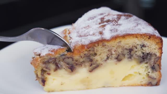ピーカンチーズケーキを食べる - カスタードクリーム点の映像素材/bロール