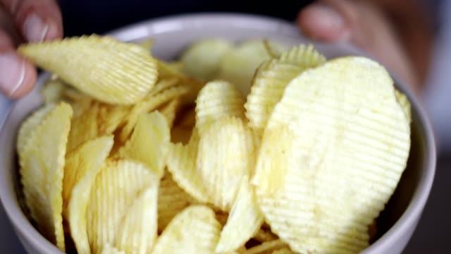 ボウルからポテトチップスを食べる - クローズアップ - 塩味スナック点の映像素材/bロール