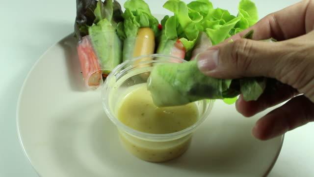 vídeos y material grabado en eventos de stock de comiendo ensalada con crema souce - antioxidante