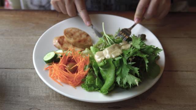 vidéos et rushes de manger de la salade avec du poulet rôti. - salade verte