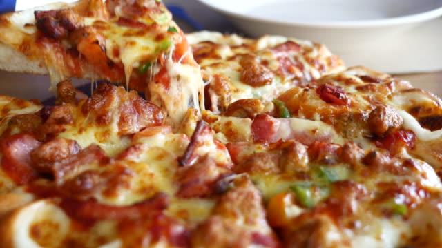 eating slice of pizza - cultura italiana video stock e b–roll